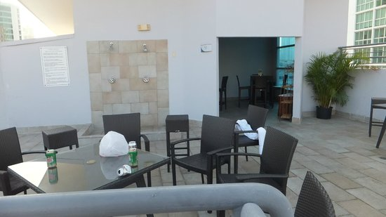 DoubleTree By Hilton Panama City: Rinse Off Pool Bar