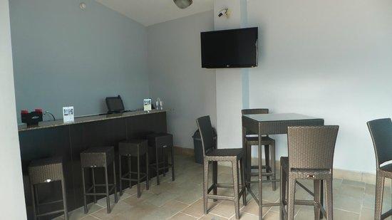 DoubleTree By Hilton Panama City: Bar & Pool Deck
