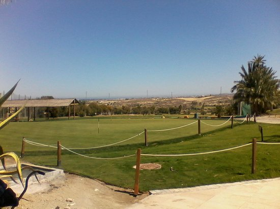 Valle del Este Golf Resort Bar: Putting green with practice area in background