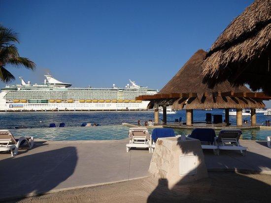 Grand Park Royal Cozumel: Beach view w/ cruise ships