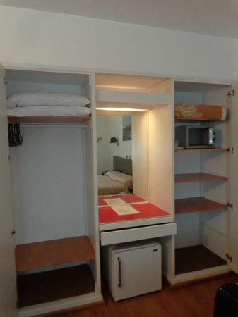 Bonne Etoile Hotel: Armário