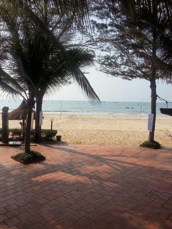 Four Oceans Resort: Вид на океан из ресторана