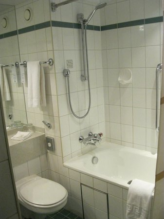 Leeds Marriott Hotel : Bathroom - could do with refurbishment