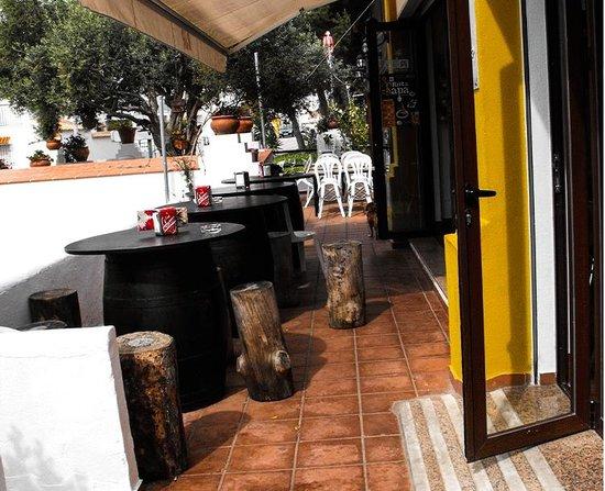Restaurante Atalaya. Asador y Cocina Marroqui: Zona de barriles para tapas y cañas