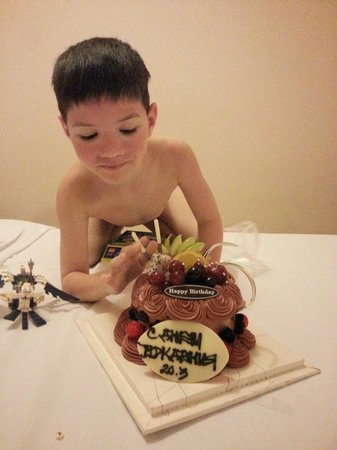 """Four Oceans Resort: Подарочный торт на день рождения Максима от отеля""""Bon Bien"""""""