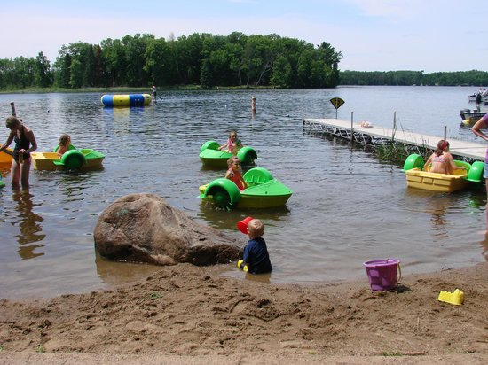Hyde-A-Way Bay Resort : Beach area with water toys