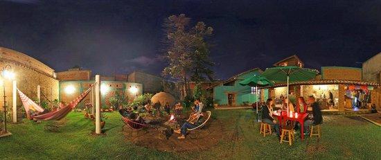 Puerta Vieja Hostel: Bonfire, hamoc and bar garden
