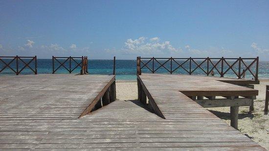 Hotel Eden: accessible beach entrance near motel