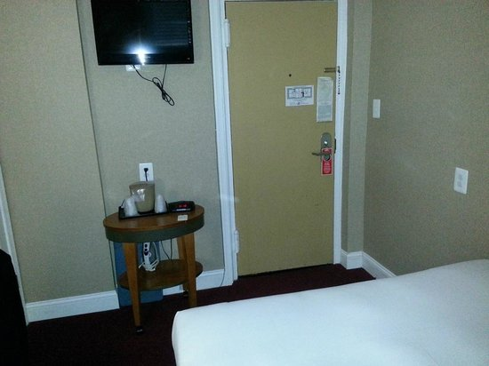 District Hotel Washington: TV and ammenities