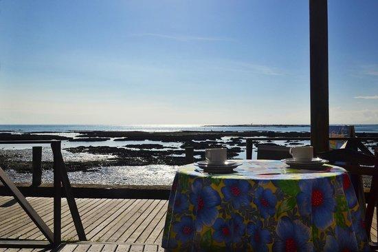 Pousada Agua Viva: Salão onde serve o café da manhã com vista para o mar