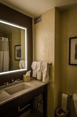 Hilton Garden Inn Times Square : Bathroom