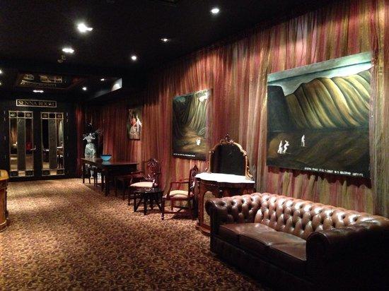 QT Museum Wellington: Museum art hotel elevator lobby