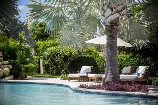 Villa del Mar: Lounge chaires at the pool
