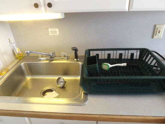 Banyan Tree Resort: No Draining Board, Old, Dirty Plastic Dish Drainer