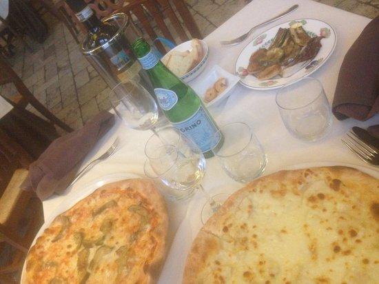 Antico Mognano : Pizza con melanzane e pizza con gorgonzola e pere