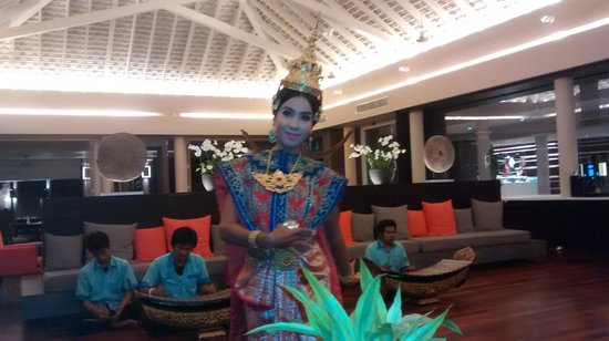 Amari Phuket: Thai dancers in the hotel