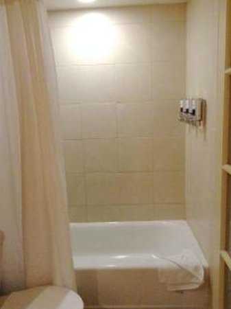 Four Points by Sheraton San Diego Downtown: Shower/bath. Note dispensers.