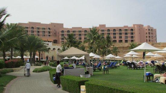 Shangri La Barr Al Jissah Resort & Spa-Al Bandar : hotel gezien vanop zonneweide