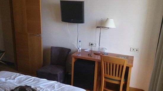 Gran Hotel Victoria: Mobiliario de la habitación. Si usas la silla, cortas el paso a un lado de la cama y a la terraz