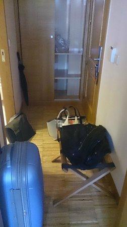 Gran Hotel Victoria: Pasillo-recibidor. Estrecho y el único sitio en donde colocar la maleta