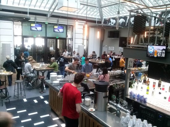 St Christopher's Gare du Nord Paris: bar cafeteria Belushi's muy bueno