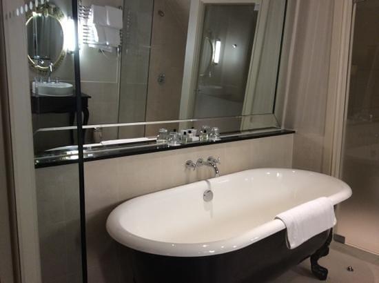 Harte & Garter Hotel & Spa: Tub in the bathroom