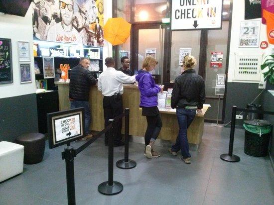 St Christopher's Gare du Nord Paris : counter...muy buena asistencia