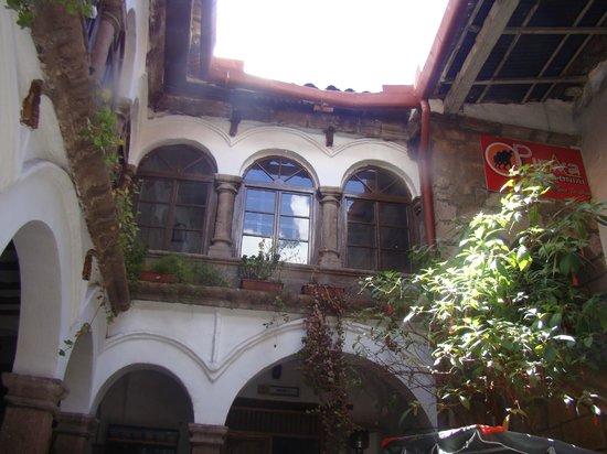 Pirwa Colonial Hostel: Área interna e galeria