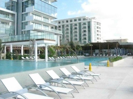 Secrets The Vine Cancún: Lower pool area