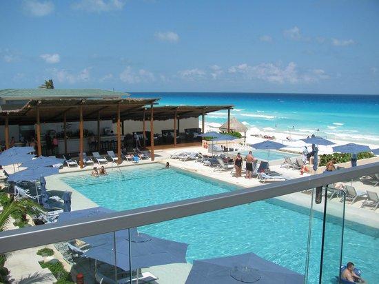Secrets The Vine Cancún: Non-infinity lower pool + hot tub