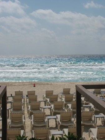 Secrets The Vine Cancún: beach from pool area