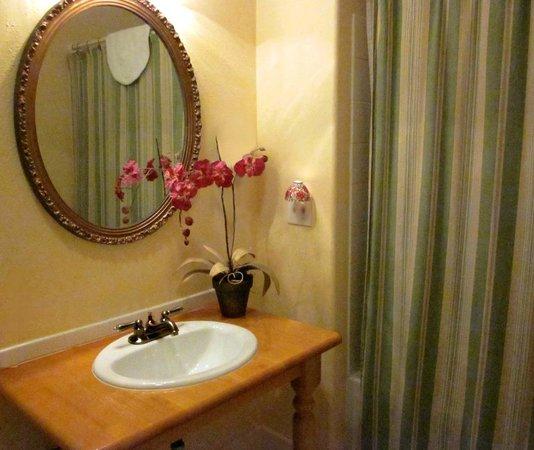 Old Wheeler Hotel: Spacious private bath