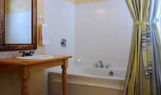 Old Wheeler Hotel: Two-person Jacuzzi tub
