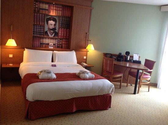 Mercure Rouen Centre Cathedrale Hotel : Lit avec une bonne literie et coin café / radio