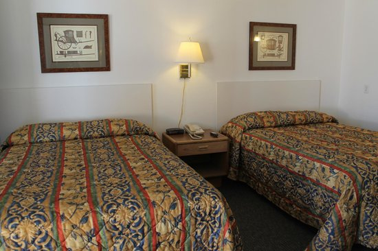 "Budget Star Motel : Double Twin Beds with 32"" flat screen TV, Fridge and Microwave"