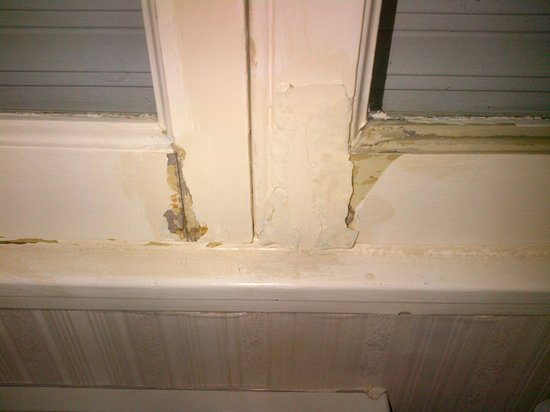 Carsson Hotel: Window frame in state of disrepair