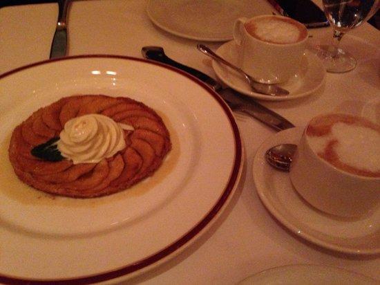Bar Americain: Apple tart and cappuccino, yum!!