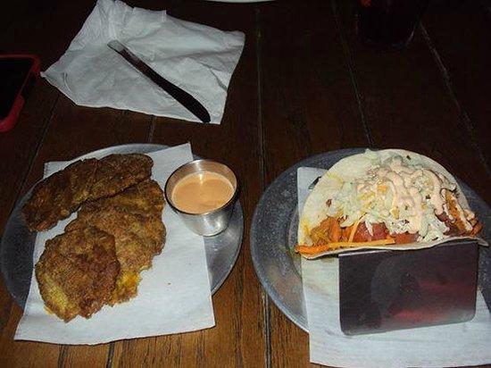 Lucky 13 BBQ : Mi plato: Tostones, y Taco de Pollo Picante
