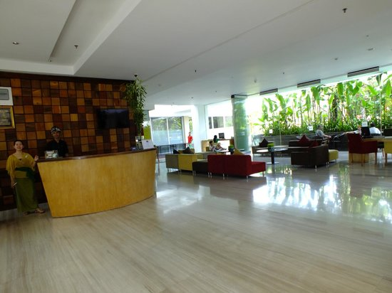 Mercure Bali Harvestland Kuta: Lobby and front desk