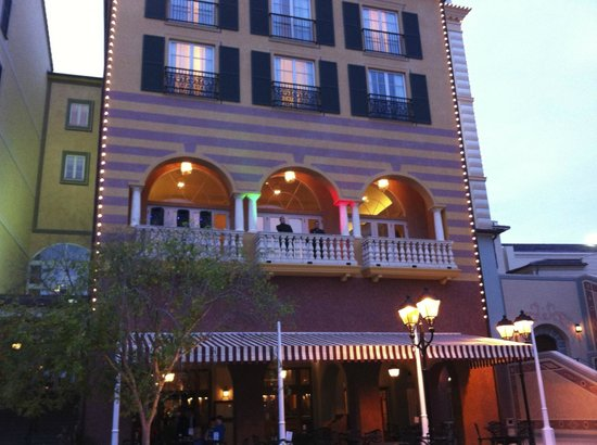 Loews Portofino Bay Hotel at Universal Orlando: Guy's Singing on Veranda