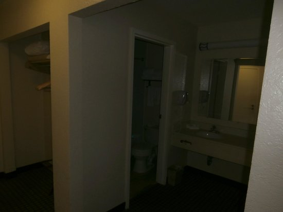 International Palms Resort & Conference Center Cocoa Beach: Bathroom area