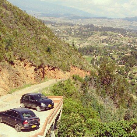 Suites Arco Iris: Carretera de llegada - al fondo Villa de Leyva