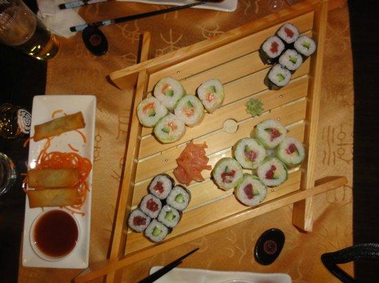 Wasabi Restaurant : Nems à gauche et plateau de sushis