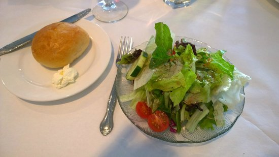 Fenicci's Restaurant : Salad and roll
