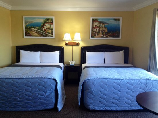 Inn By The Bay Monterey: 2 queen size beds