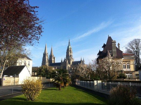 Hotel Reine Mathilde: Vue général sur la cathédrale de Bayeux et la tranquillité de la ville.
