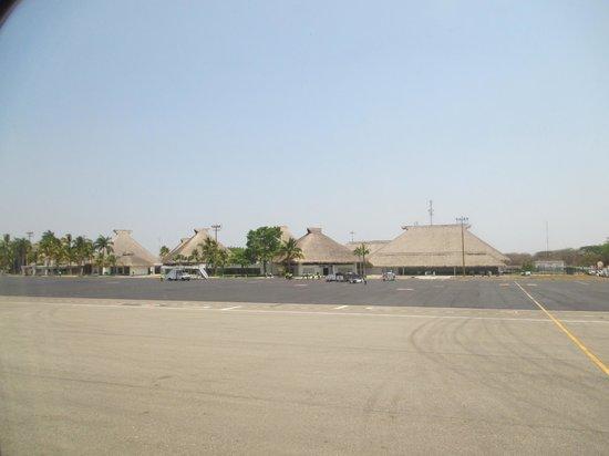 Dreams Huatulco Resort & Spa : airport view upon landing