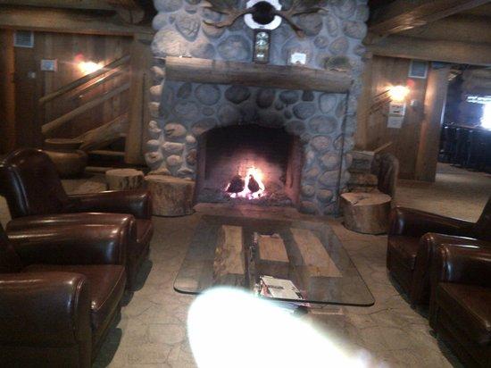 Hotel Sacacomie: Lobby Fireplace