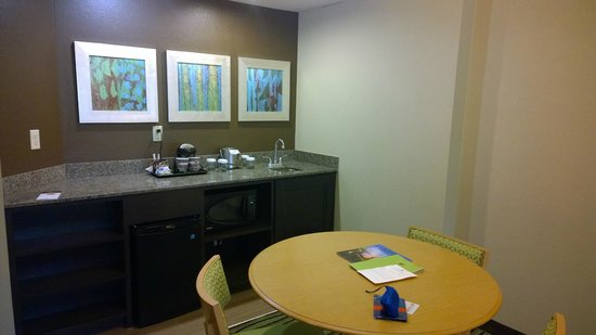 DoubleTree Suites by Hilton Orlando - Disney Springs Area: Refrig and Microwave area