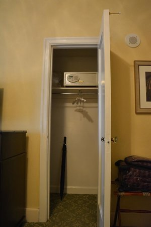 Omni Shoreham Hotel: Closet with safe